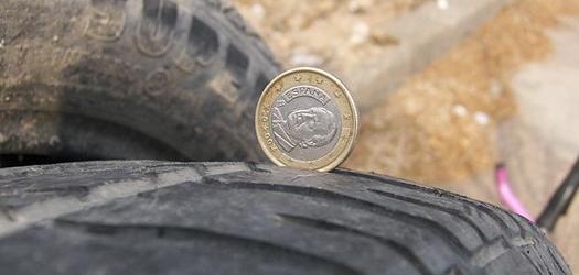 Comprobar la profundidad del dibujo de un neumático