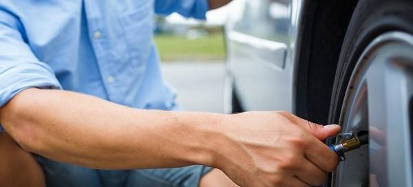 Hinchar los neumáticos del coche