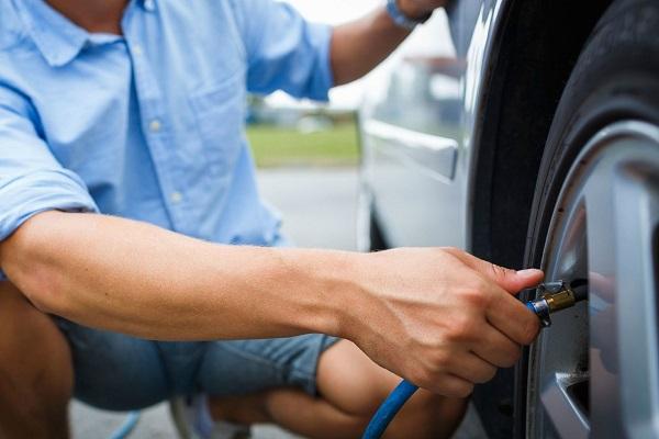 Cómo hinchar los neumáticos con la presión y los medios adecuados