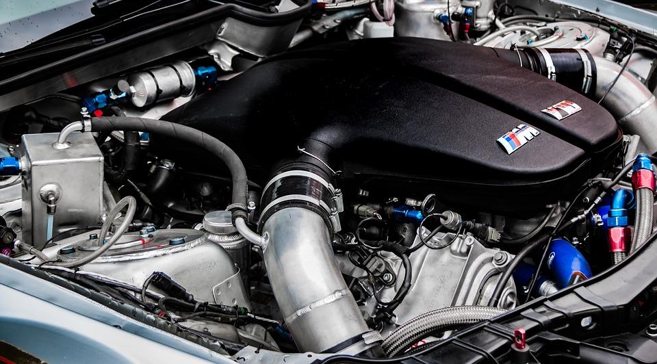¿Es recomendable limpiar el motor del coche? 7 Claves a tener en cuenta