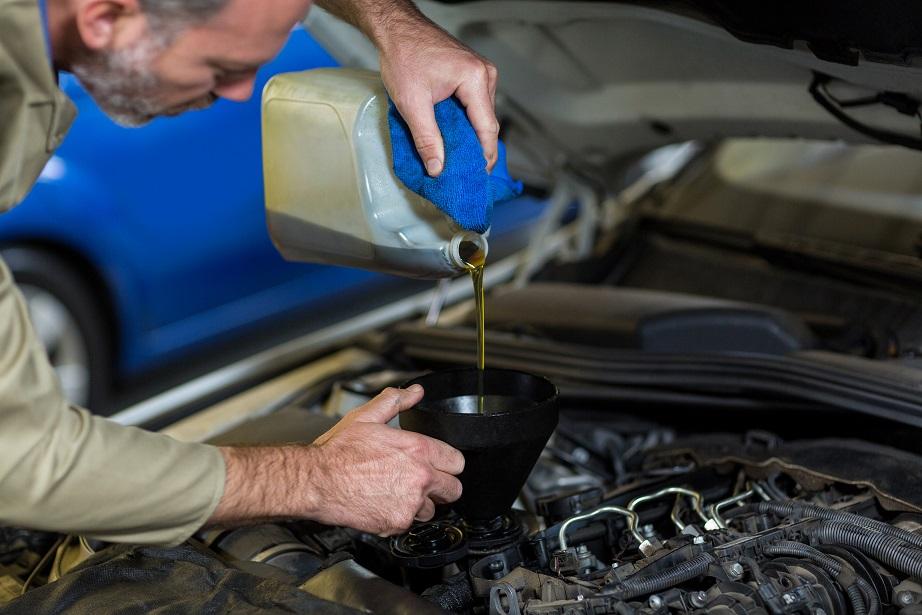 El ABC de los líquidos del motor del coche que sí o sí debes revisar
